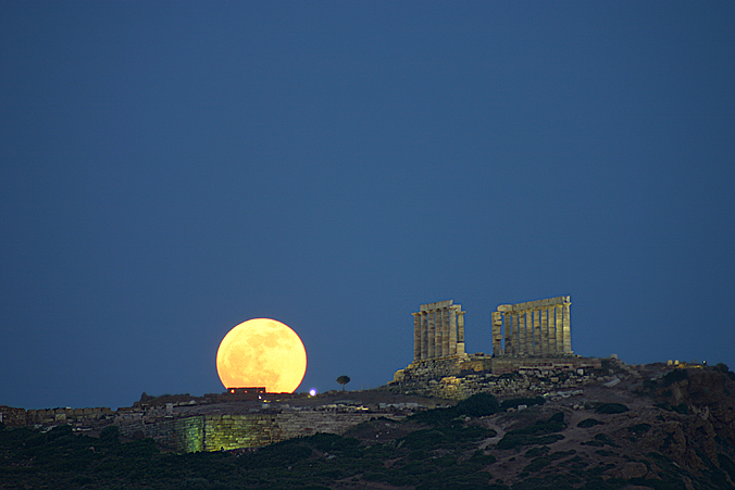 http://images.astronet.ru/pubd/2005/06/26/0001206428/moonrise_ayiomamitis.small.jpg